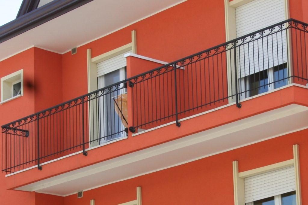 balcone di uno degli appartamenti del residence tre rose a savignano