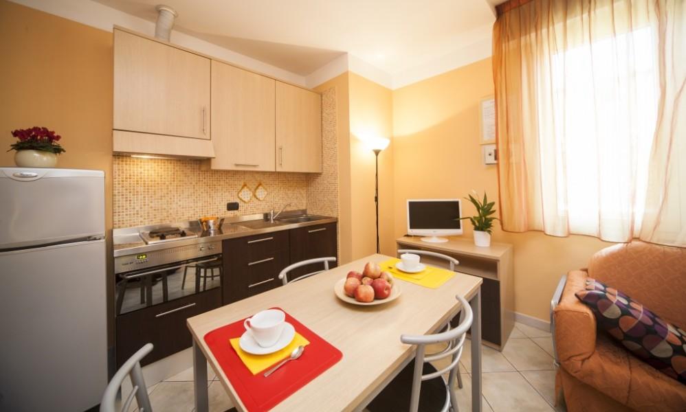 cucina di uno degli appartamenti del residence tre rose a savignano